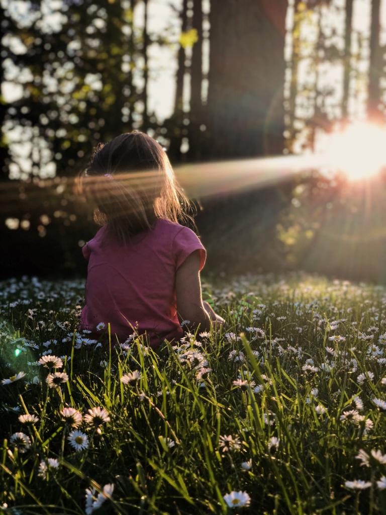 enfant assis dans la nature